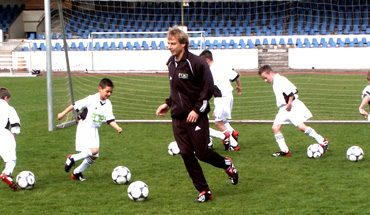Jürgen Klinsmann coaching kids in Germany